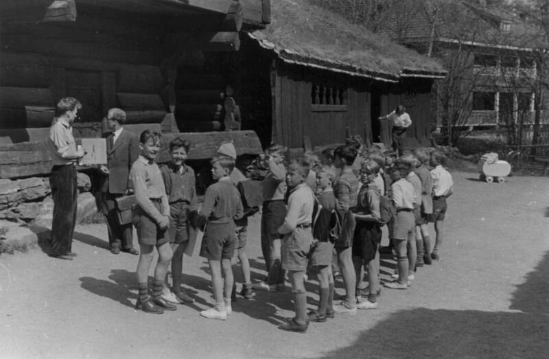 Skolebarn i Setesdalstunet på Norsk folkemuseum, 1951. (Foto/Photo)