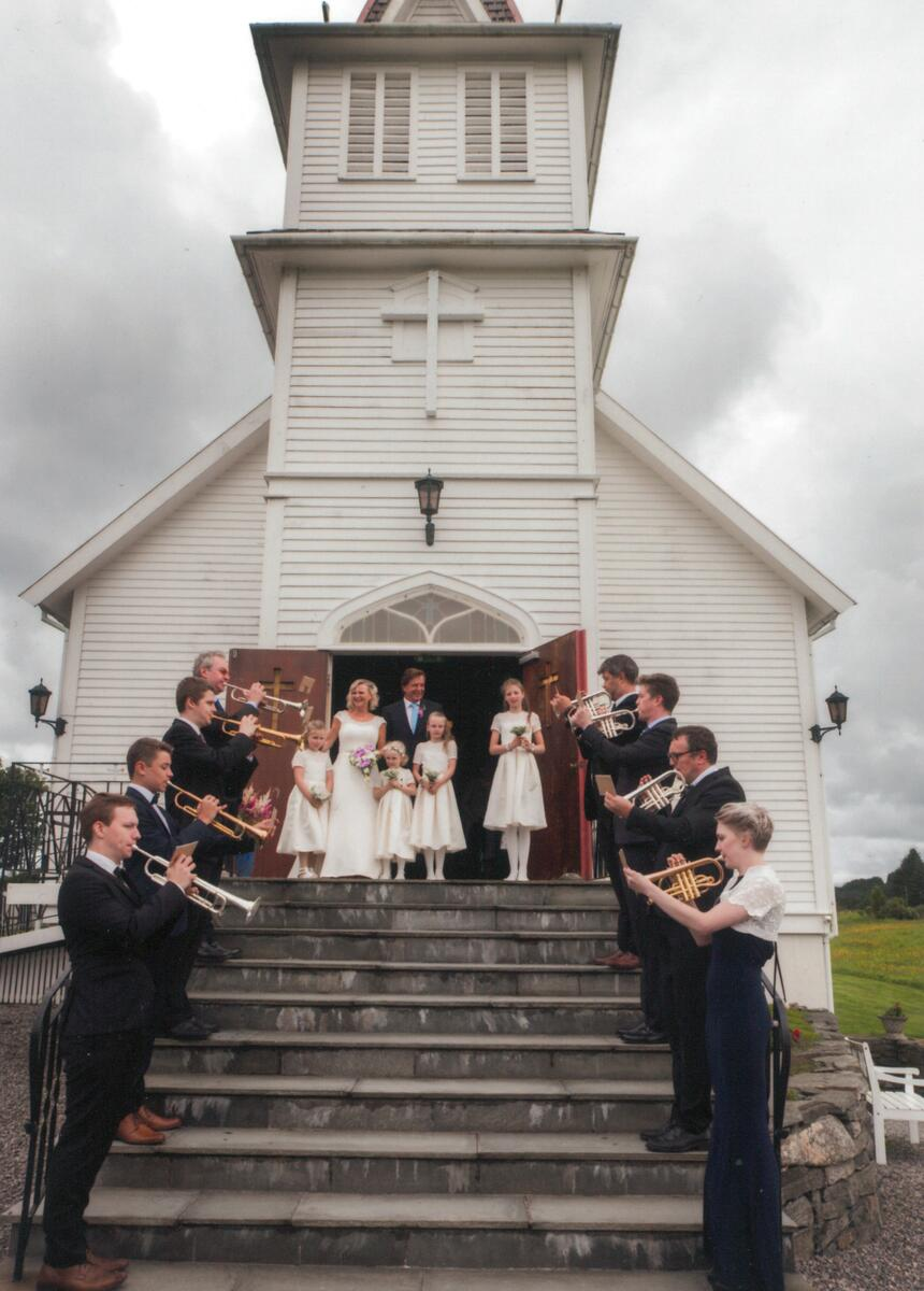 Bryllup i kirken, brudepar på kirketrappen (Foto/Photo)