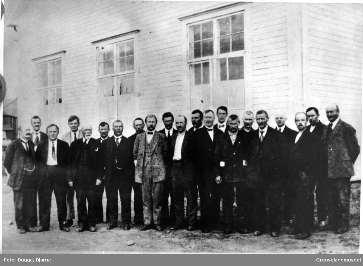 Sør-Varanger kommunestyre 1923 - 1925. Fra venstre: A.O. Isaksen Arneng, H. Johansen, Olaf Olsen, P. Bull, Johs. Haaheim, Aksel Konrad Mikkola, E. Gunnari, Peder Eliseussen, K. Valum, H. Fiksdal, A, Elvebakk, AA. Pleym, G.O. Ramberg, Bjarne Saarheim, Paul A. Smuk, O.H Olsen, Ole Mellesmoen, Th. Bugge, Johs. Lemika, S. Dørum, K. Fosslund.