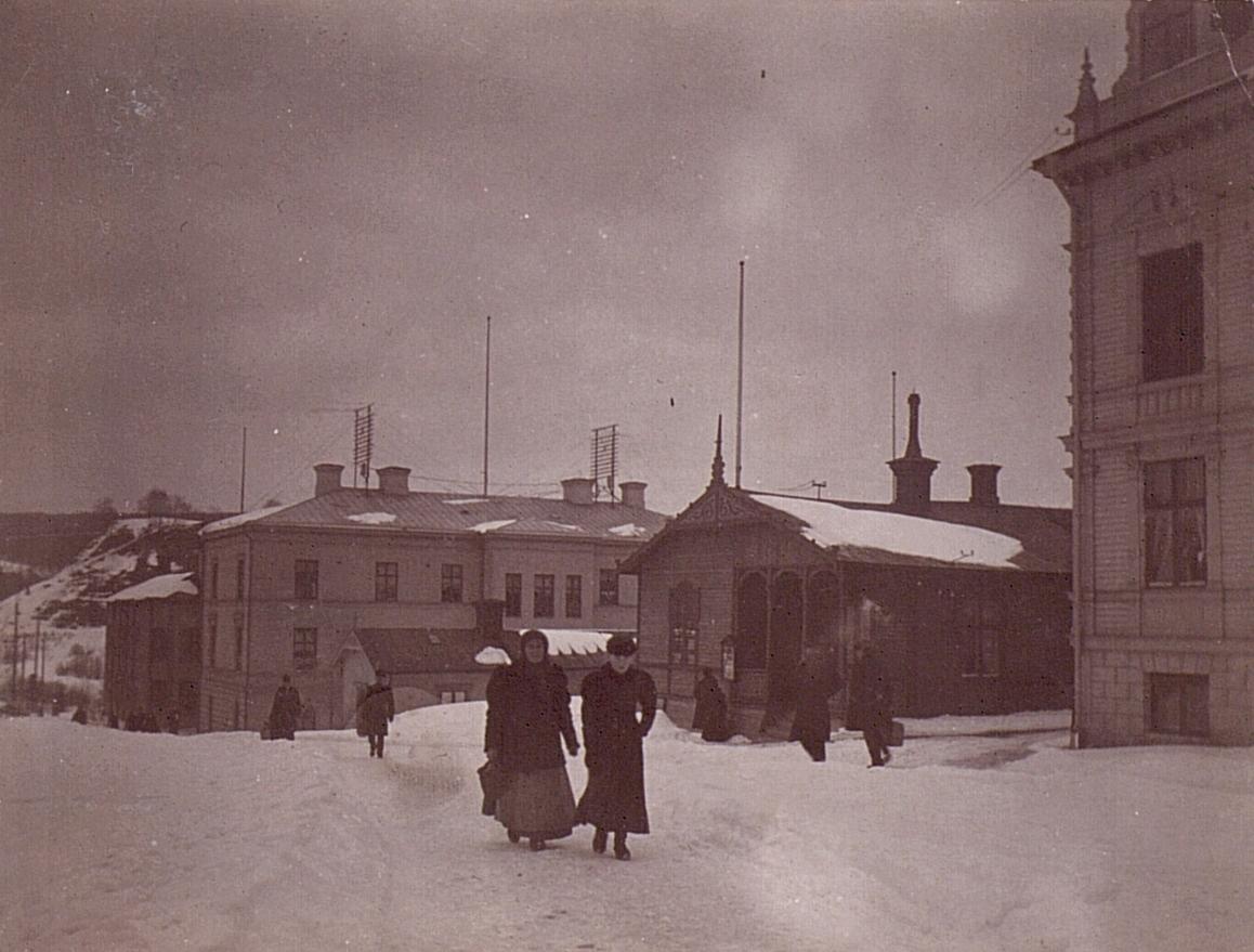 Sollefteå omkr. sekelskiftet 1900. Till höger Kungsgatan 7, dåvarande J. Lundgrens boningshus/Grand Hotell, längre ned i backen Storgatan 51, Hotell Appelberg. Höjden i bakgrunden är Borgnipan i Badhusparken. Över taken går telefonledningarna via galgar.