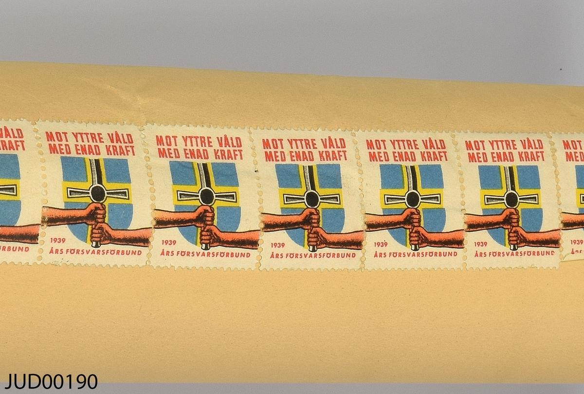"Megilla, tillverkad av papper. Skriven på hebreiska med illustrationer i svartvitt. Lagning på baksidan med frimärken. På pappersomslaget står texten: ""Das Buch Esther"" ""Mit herzlichem Dank für die Purimspende 5698 überreicht vor der Jüdischen Winterhilfe der Jüdischen Gemeinde zu Berlin"""