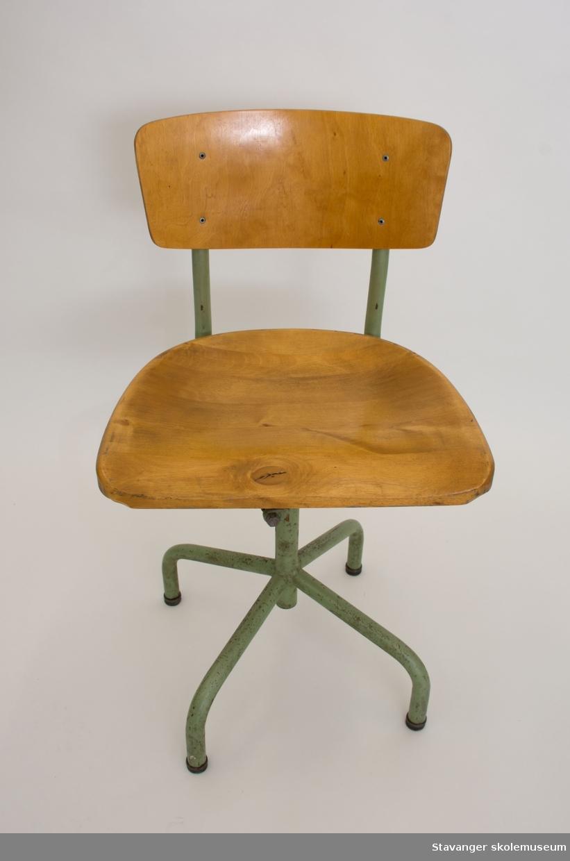 Elevstol. Juseterbar. Grønnmalte stålrør og sete og rygg av bjørk.