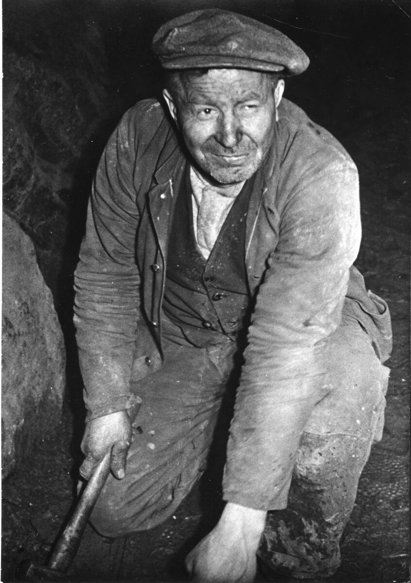 Johan Spiten utfører skinnereparasjon, antagelig i Kongens gruve. Foto: Edvard Eriksen ca. 1940 (Foto/Photo)