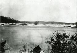Skogfoss ved grenseoppgangen i 1896. I fremkant av bildet se