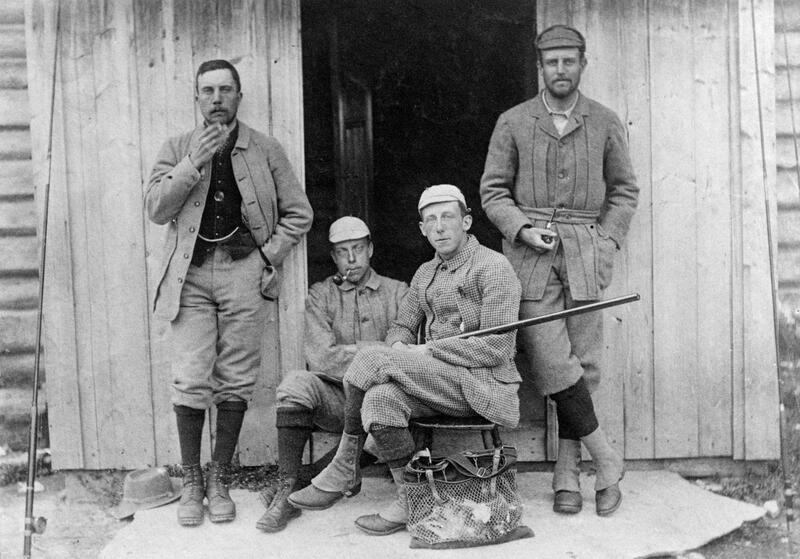 Brødrene R.F. og C.L. Smith (fra venstre) fra London, er sammen med jakt- og fiskekamerater på Galten, Engerdal. Foto: Anno Norsk skogmuseum. (Foto/Photo)