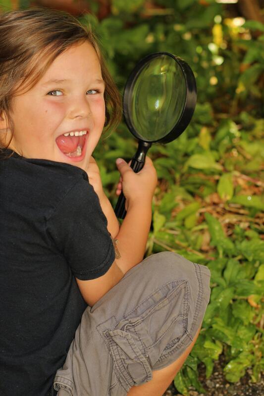 Bildet viser ei jente med forstørrelsesglass (Foto/Photo)