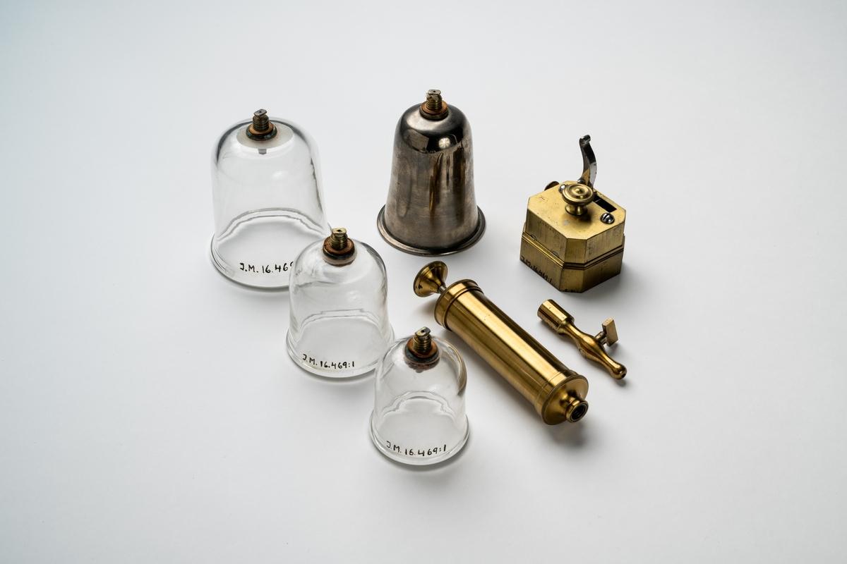 Redskap för koppning/åderlåtning förvarad i schatull av trä med sinkade hörn. Skrinet har ett lock, som fälls upp med gångjärn, och låses med två hakar på framsidan. Invändigt är skrinet klätt med sammet, tidigare rött, nu gulnat. Skrinet innehåller ådersnäppare av mässing, tre glaskoppar av olika storlekar, ett kopphorn av plåt, sugpump av mässing och munnstycke med kran av mässing.