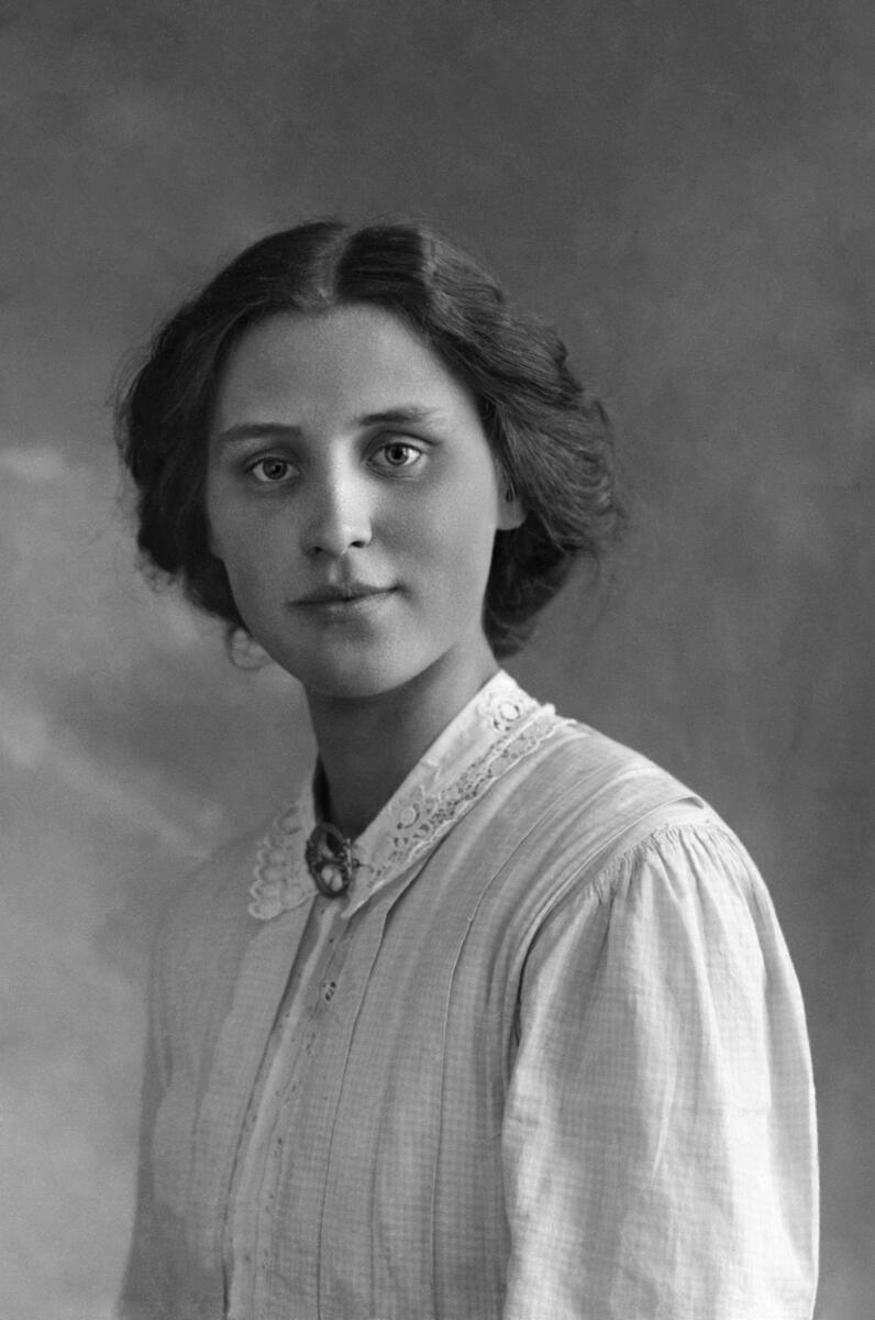 Portrett av kvinne fra Akershusbasen på Digitalt Museum. Fotograf og årstall er ukjent (Foto/Photo)