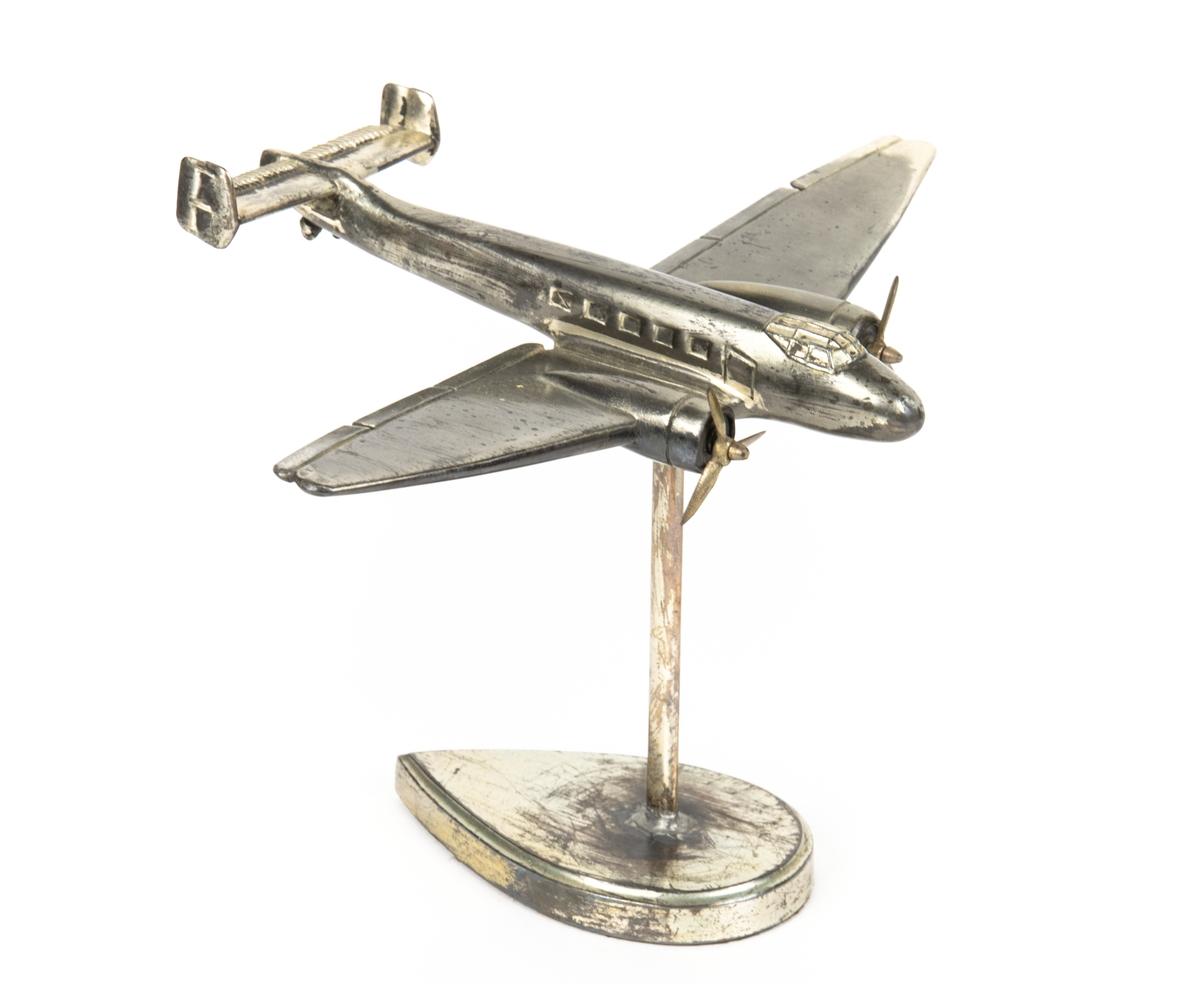Flygplansmodell med pinne och bottenplatta, för montering. Förvaras i originalförpackning.
