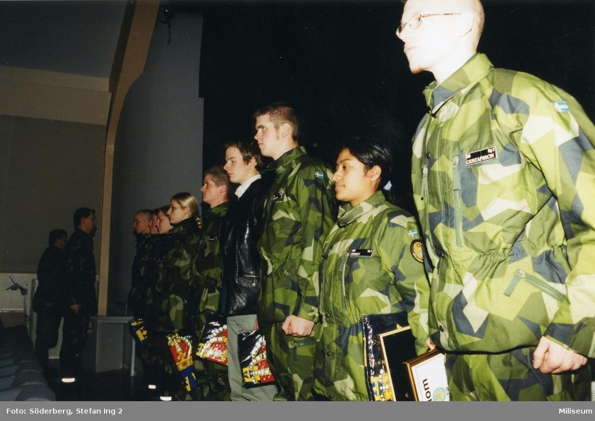 Ceremoni. Hemvärnet på fritidsgården på Ing 2. Hemvärnssoldater. Gustavsson och Perry närmast kameran.