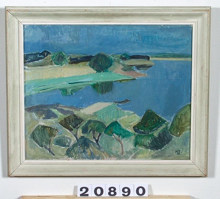 Sommarmotiv föreställande en blå sjövik med växtlighet vid sidorna, gröna och grågröna träd med mera.