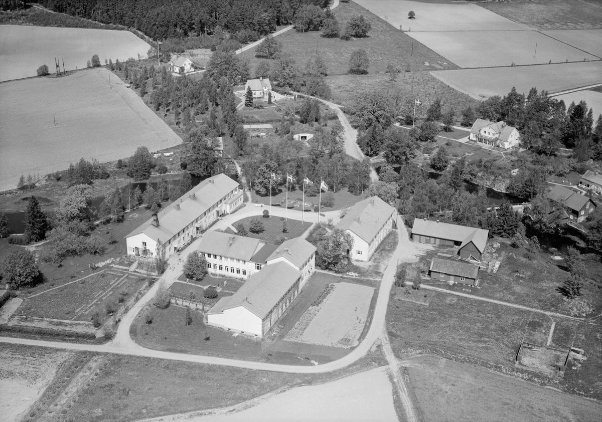 Lunnevads folkhögskola grundades redan 1868 under namnet Östergötlands folkhögskola. De första åren låg skolan i Herrestad söder om Vadstena men flyttades 1872 till nuvarande plats i Sjögestad. Vid tiden för bilden hade anläggningen som synes utvecklats till en modern utbildningsanstalt.
