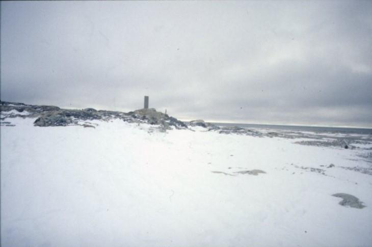 Andréelägret på snötäckta Vitön. I bakgrunden ett minnesmonument som restes av den svensk-norska spetsbergsexpeditionen 1931.