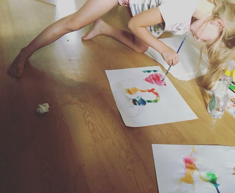 Bilde av et barn som maler på tegneverksted ved Anno Klevfos industrimuseum. (Foto/Photo)