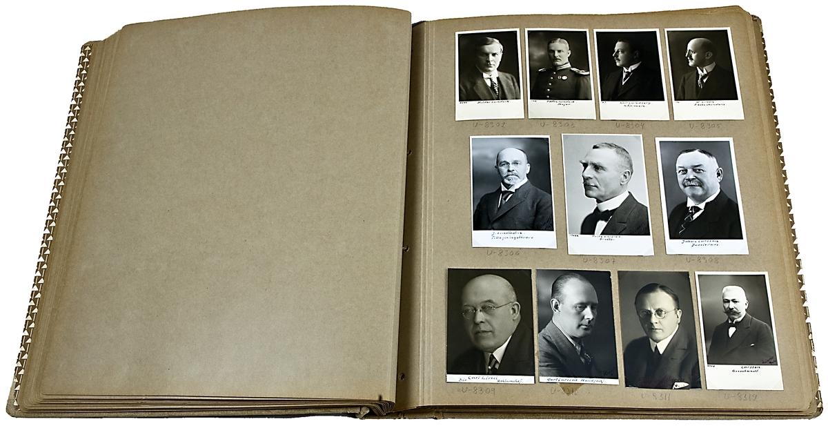 Fotoalbum med porträtt. Tygklätt omslag med sidor i papp.