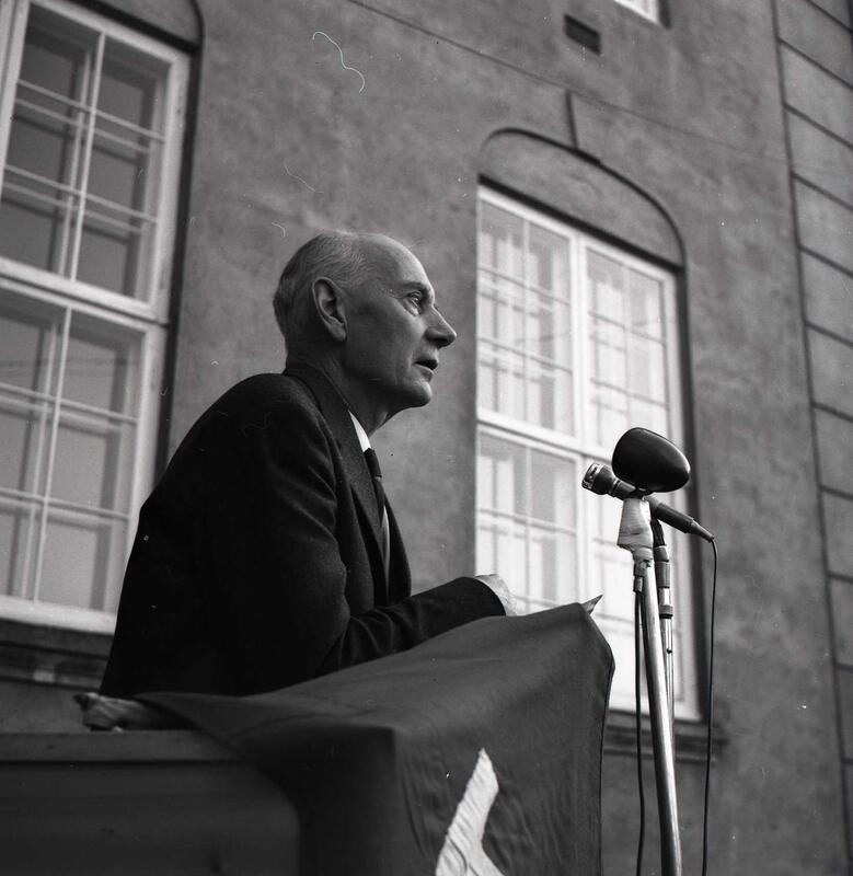 Statsminister Einar Gerhardsen på talerstol. Foto: Arne Rignes. Eier: Randsfjordmuseet (Foto/Photo)
