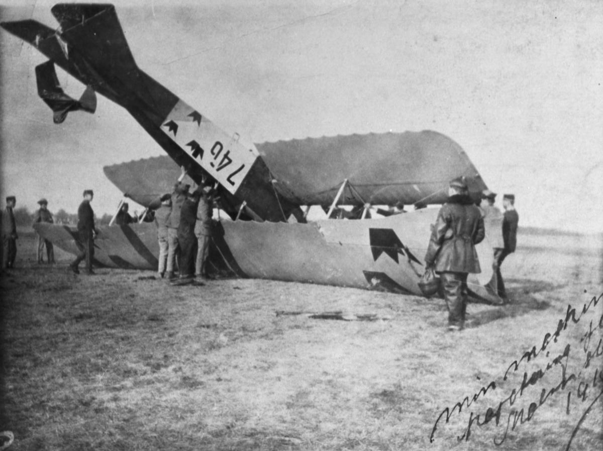 Flygplan SW 20 Albatros nummer 746 har landat upp- och ned vid ett haveri. Militärer arbetar med att vända på flygplanet.