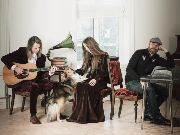 """Narum-søksnene sitter med instrumenter og en hund inne i et rom """"heme"""".. Foto/Photo"""