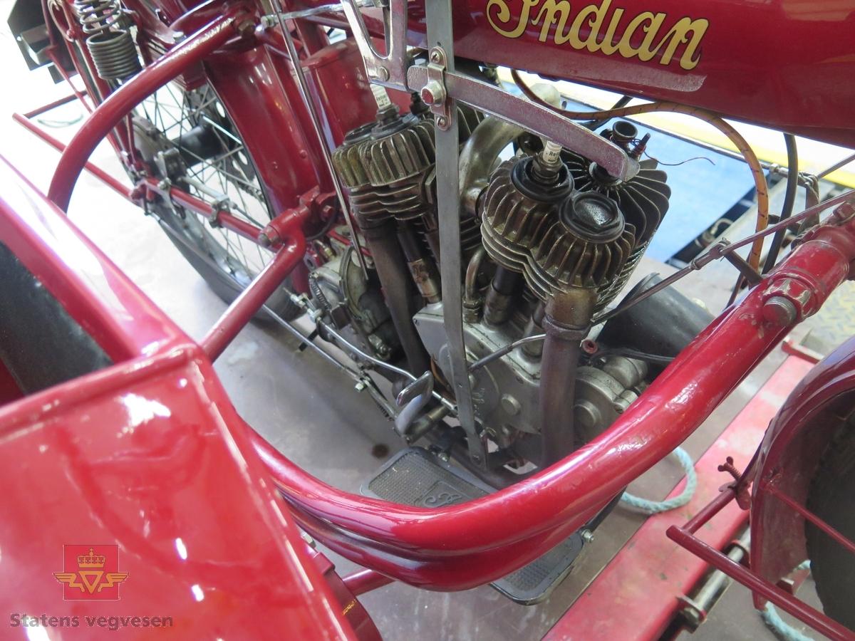 Motorsykkel med sidevogn, i hovedsak rød og svart. Brunt sete. Motoren er en 2-sylindret V-maskin av typen Power Plus. Det er en bensindrevet forbrenningsmotor med et volum på 997 ccm og en effekt på 15 hk (11,2 KW). To sitteplasser. Drift på bakre aksel. Dekkdimensjon foran og bak er 3X28.