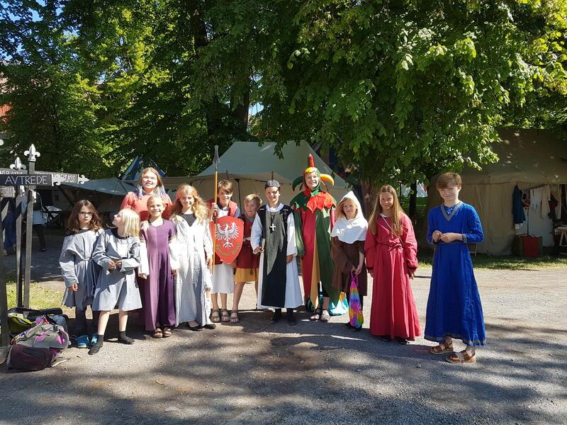 Frivillige i fargerike middelalderdrakter fra Hamar Middelalderfestival 2018. (Foto/Photo)
