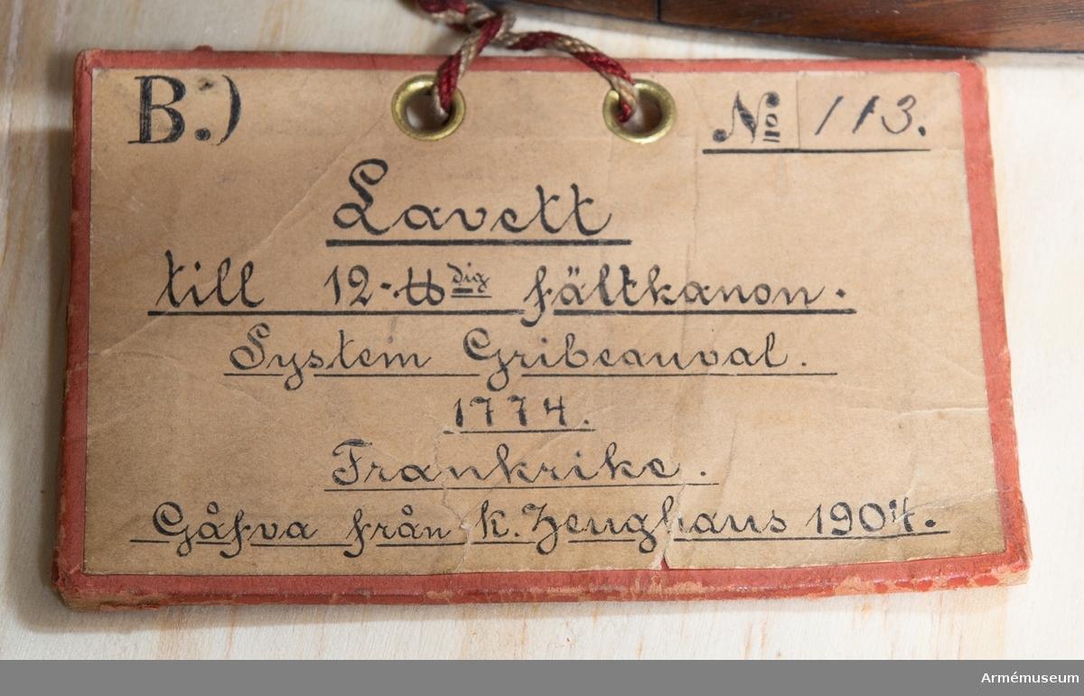 Grupp F I. Modell av lavett till 12-pundig fältkanon, Frankrike. Skala 1/?. Gribeauvals modifierade fältartillerisystem 1765. 1774?  Till modellen hör även en föreställare.
