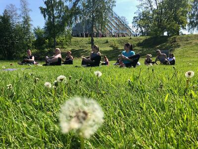 Yoga på plenen nedenfor Hamardomen.. Foto/Photo