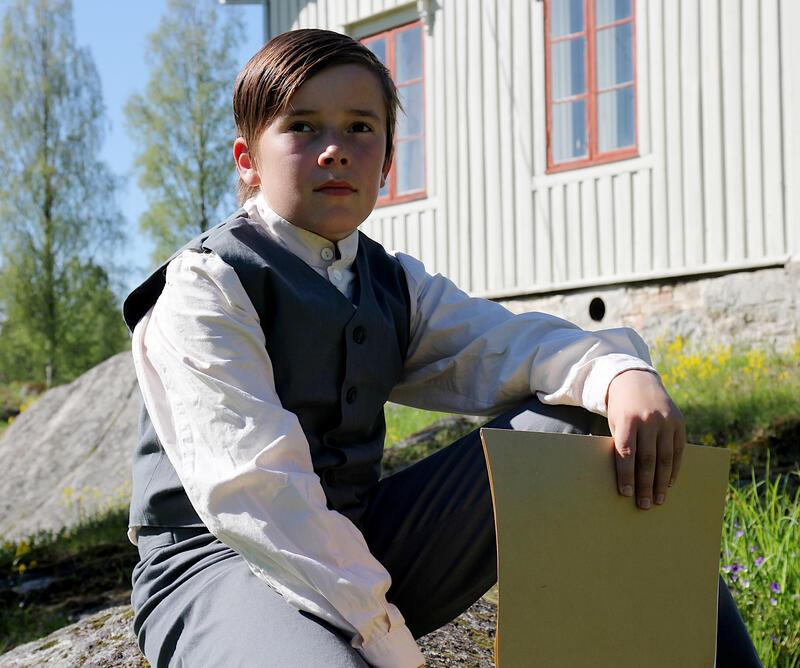 Oskar Nilsen spiller rollen som den unge Edvard Munch på besøk i Løten sommern 1875. (Foto/Photo)