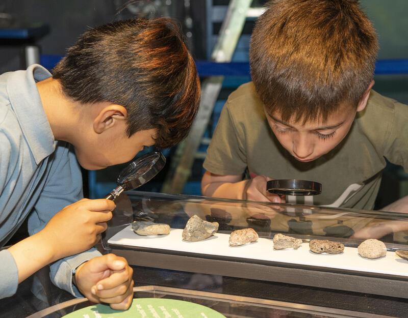 To gutter undersøker funn i plastlaben (Foto/Photo)