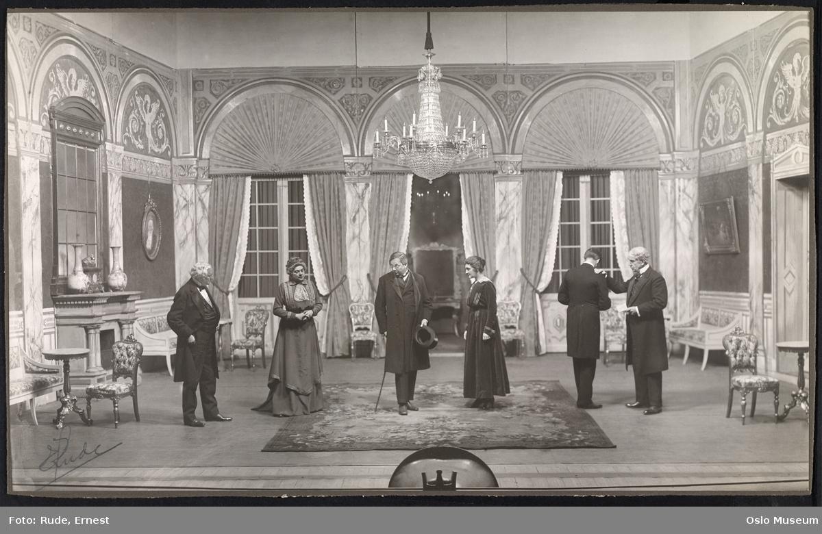 """Nationaltheatret, forestilling, """"Redaktøren"""" av Bjørnstjerne Bjørnson, scenebilde, kvinner, menn, skuespillere"""