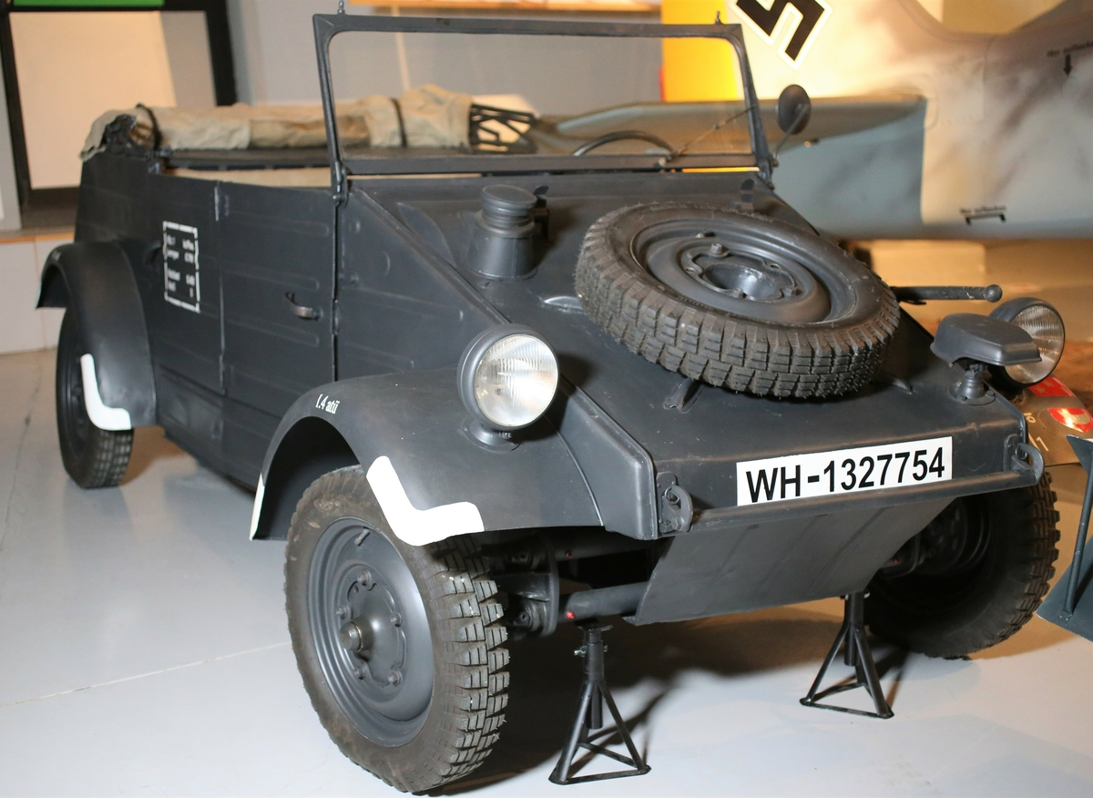 """Volkswagen  KdF 82 """" Kübelwagen """". Lett personellkjøretøy med bakhjulstrekk.  Konstruert av Ferdinand Porsche på oppdrag av Hitler i 1940, basert på  VW Boble som kom i 1938. I alt ble det laget ca 55 000 """" Kübelwagen """". Flere eksemplarer finnes fortsatt i Norge.  Fra Wikipedia: Volkswagen Kübelwagen, var et lett militært kjøretøy designet av Ferdinand Porsche og bygget av Volkswagen under andre verdenskrig for bruk av det tyske militæret (både Wehrmacht og Waffen-SS). Basert tungt på Volkswagen Beetle, Type 62 var prototypen, men etter forbedringer kom produksjonen som Type 82.  Kübelwagen er en sammentrekning av Kübelsitzwagen, som betyr """"bøtte-setebil"""", fordi alle tyske lette militære kjøretøyer som ikke hadde noen dører, var utstyrt med bøtteseter for å forhindre passasjerer i å falle ut. Karosseriet ble utviklet av Karosseriefabrikk N. Trutz i 1923. De første Porsche Type 62 testbilene hadde ingen dører og ble derfor utstyrt med bøtteseter som Kübelsitzwagen, som senere ble forkortet til Kübelwagen. Mercedes -Benz, Opel og Tatra bygde også Kübelsitzwagen.  Chassis og mekanikk ble bygget på Stadt des KdF-Wagens (omdøpt til Wolfsburg etter 1945), og karosseriet ble bygget av det amerikanske eide firmaet Ambi Budd Presswerke i Berlin. Kübelwagenens rolle som et lett militært kjøretøy gjorde den til det tyske tilsvaret til de alliertes Willys MB / Ford GP """"Jeep"""" og GAZ-67.  Tekniske data :  Motor : VW  Typ  1 , 4 - sylindret boksermotor på  985 ccm ,  ytelse er 24 hk ved 3000 omdreininger. Girkasse : 4 gir manuell, differensial sperre Bremser : mekaniske Dekk dimensjon: 5  25 - 16 Akselavstand : 240 cm"""