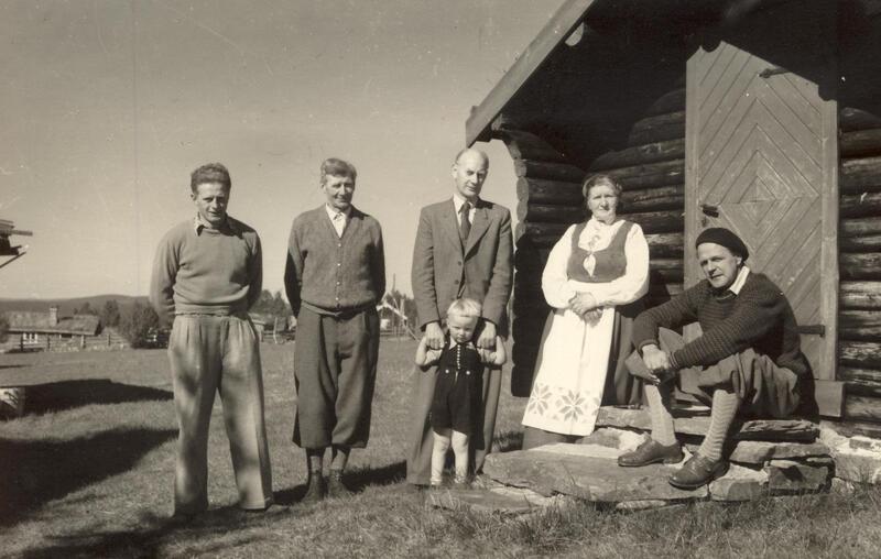 Einar Gerhardsen og turister på seterbesøk i Tynset. Foto: Anno Musea i Nord-Østerdalen. (Foto/Photo)
