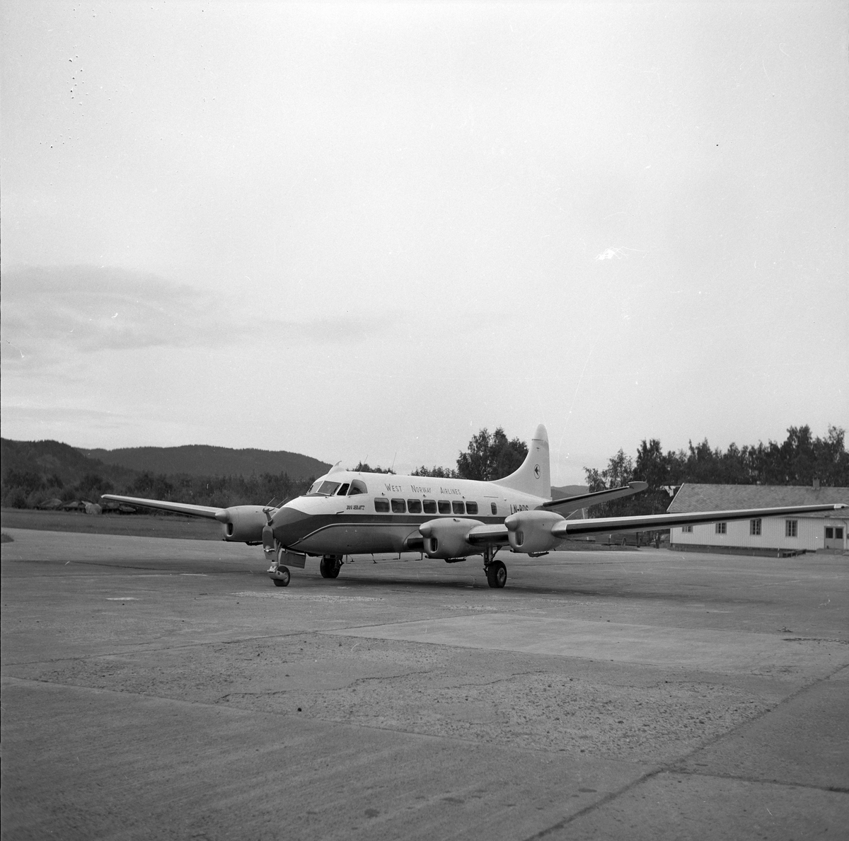Vestlandske Luftfartsselskaps nye De Havilland Heron fly på Værnes