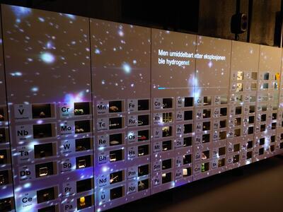 Et seks meter bredt interaktivt periodesystem. Foto/Photo