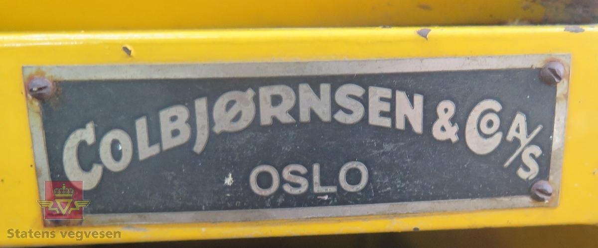 Beltedrevet snøscooter med en 1-sylindret luftkjølt, bensindrevet ILO 2-takts motor som har en ytelse på 8 HK. Sitteplasser inkludert fører er 2. Hovedfarge er gul. Merking fra produsent.