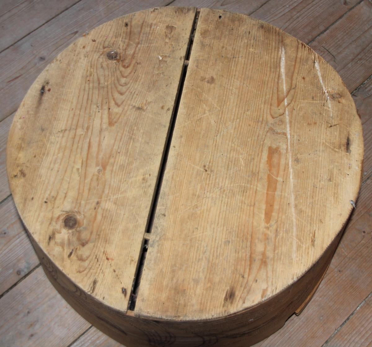 Rund ask med lok. Sveipa. Svidekor med seksbladsrose på loket. Rankemotiv. Asken er sett saman med trepluggar.Lokket og botn er i to delar. Loket har ein kant som går utanpå sjølve asken.