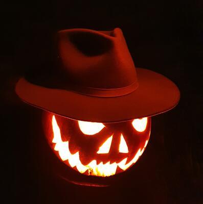 Lysende gresskar med cowboyhatt i mørket (Foto/Photo)