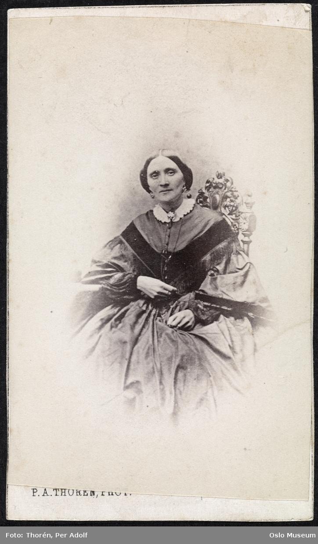 portrett, kvinne, vignettert sittende halvfigur