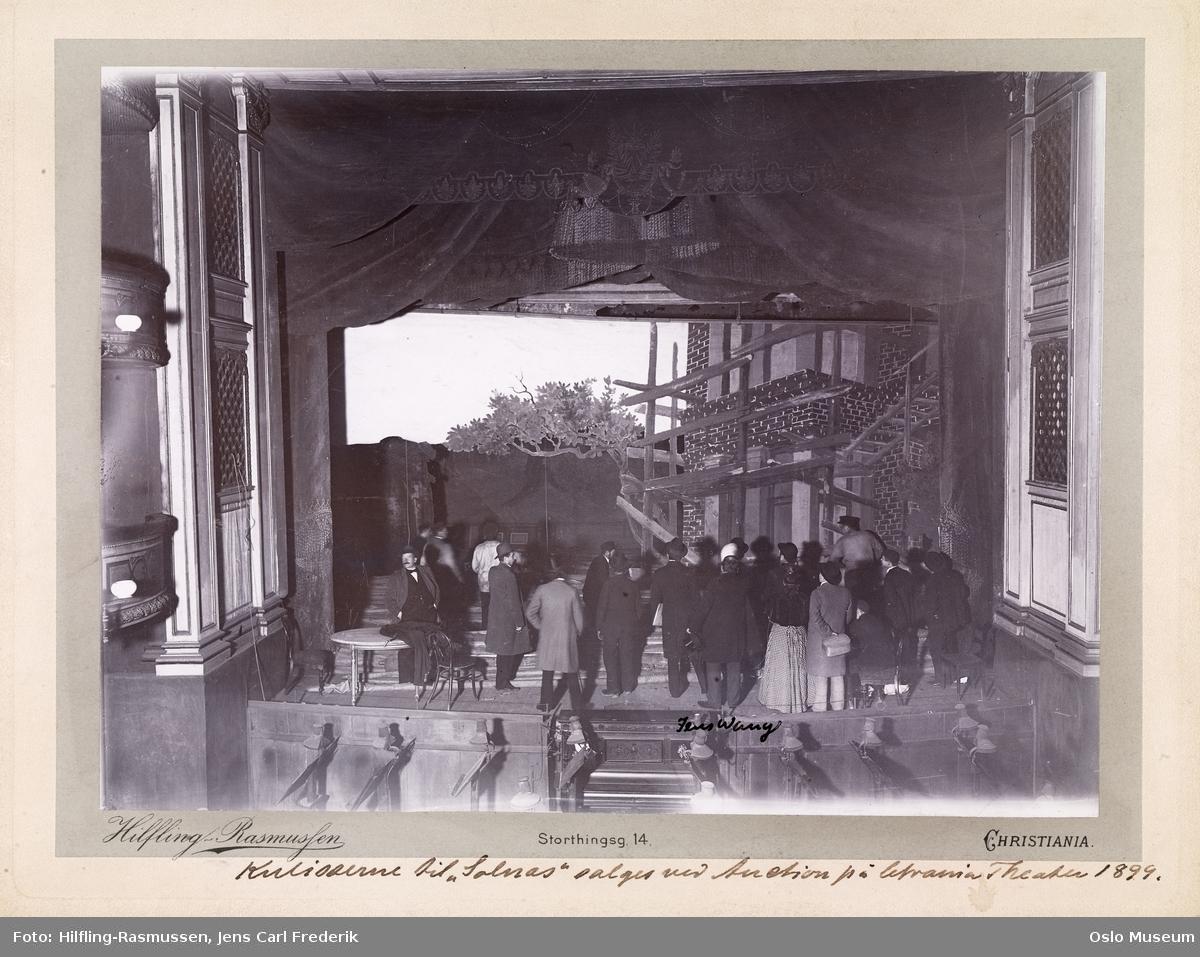 """Christiania Theater, interiør, scene, auksjon over kulissene til """"Bygmester Solness"""", mennesker"""