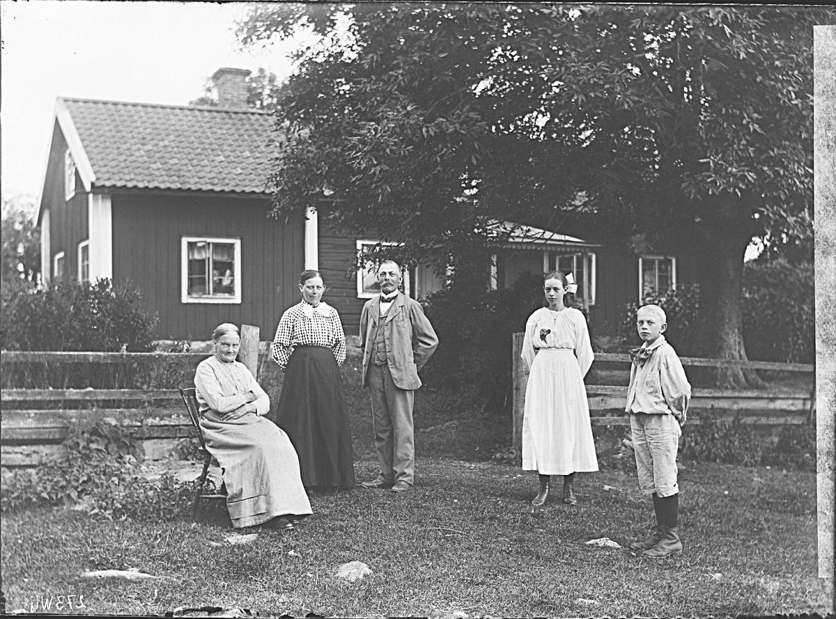 Fotografering beställd av August Lundkvist. Personerna är ej identifierade.