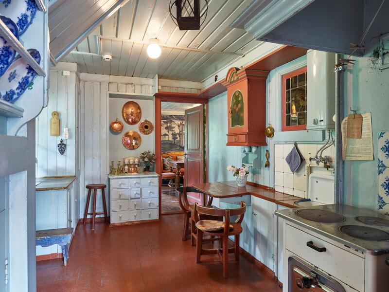 Kjøkken på Valstad kunstnerhjem på Asker museum. Lyseblå vegger og rødt gulv. (Foto/Photo)
