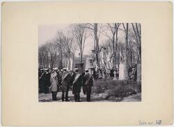 Avtäckning av monument, Uppsala gamla kyrkogård 1902