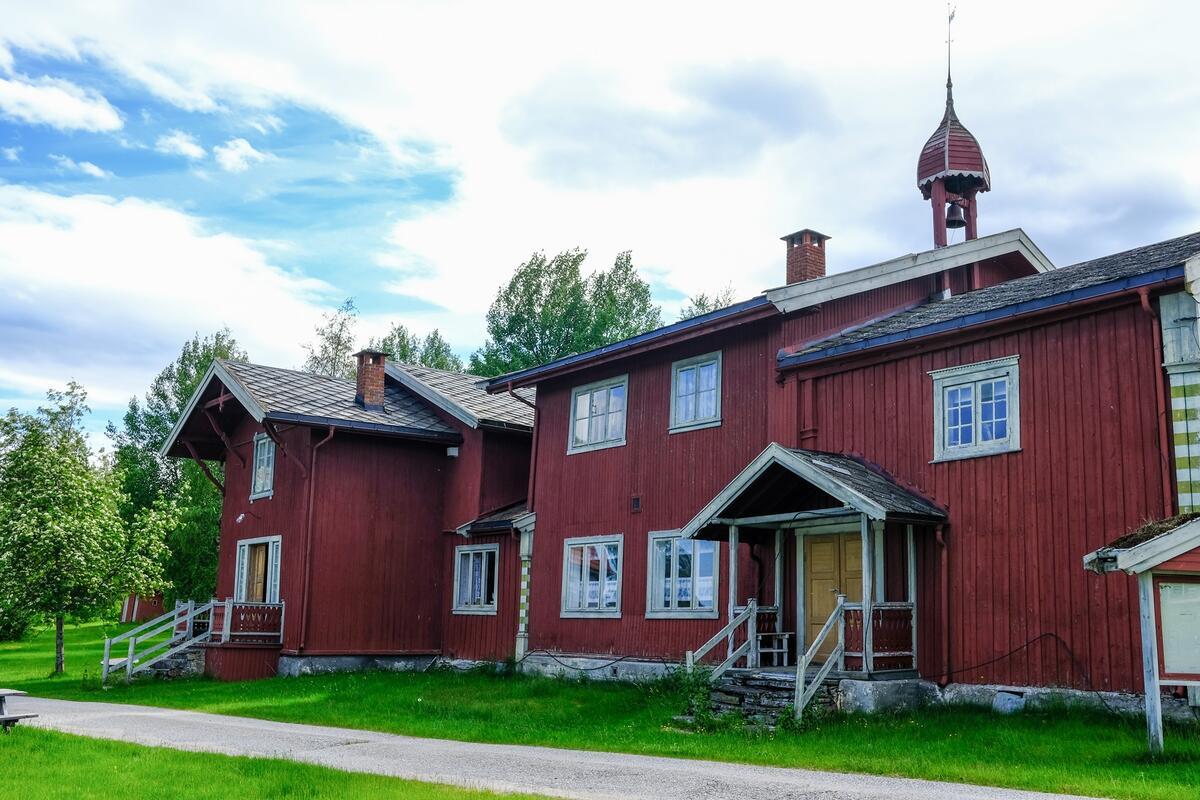 Hovedbygningen på Nystu Trønnes, kalt rødbygningen (Foto/Photo)