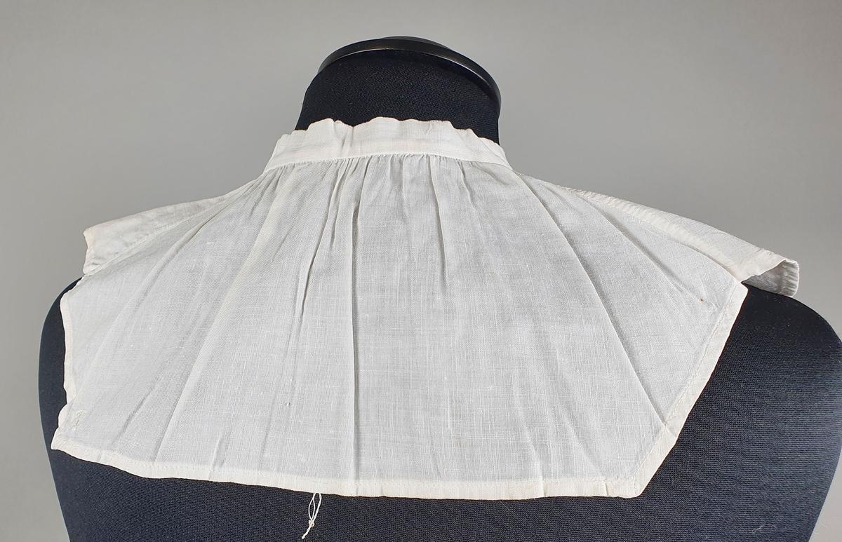 Tre løskrager med knappehull på hver side av halslinningen. En har snor nederst.