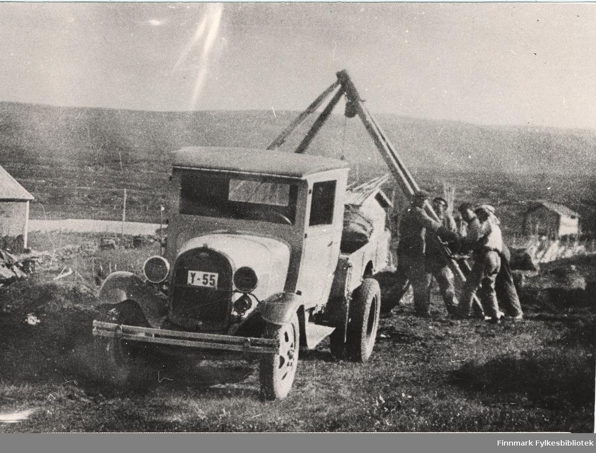 Anlegg: Alta-Kautokeino, 1934. Her holder de på med kjøring av stikkrennesten i Mieronjavre i Kautokeino. Bildet viser av/på lasting. Ford lastebil har registrerskilte Y-55. (Opplysninger fra en informant: Y-55 står i Norges Bilbok 1935 på Bernt Berg, Alta som Ford lastebil årsmodell 1930).