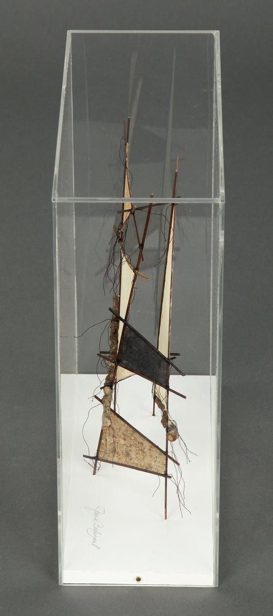 Skulptur av papir. Håndlaget palmeplantepapir på trepinner. Merknad: Inkl. pleksiglass-monter.