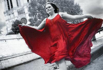 Sopran Laila Thortveit løper med en flagrende, rød kjole foran Notre Dame i Paris.. Foto/Photo