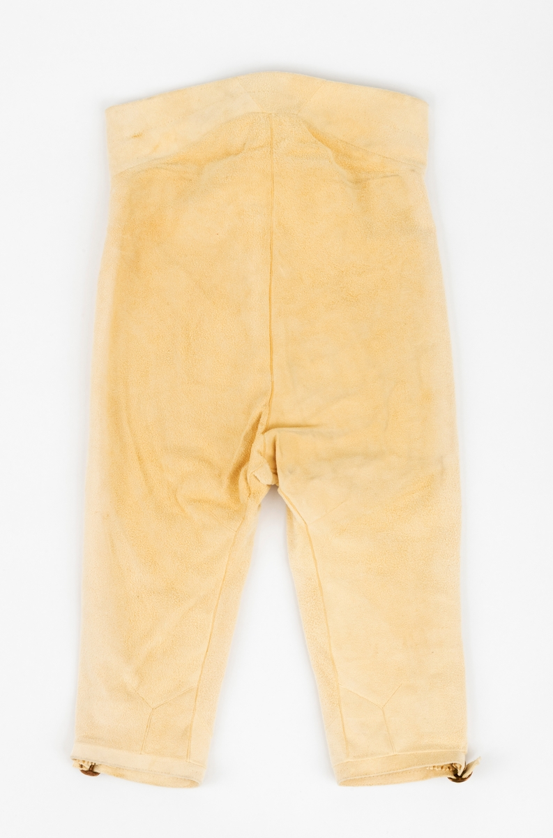 Knebukse av semsket elgskinn. Buksa er en kopi av bukse fra Gauldalen i Sør-Trøndelag, ca år 1800.