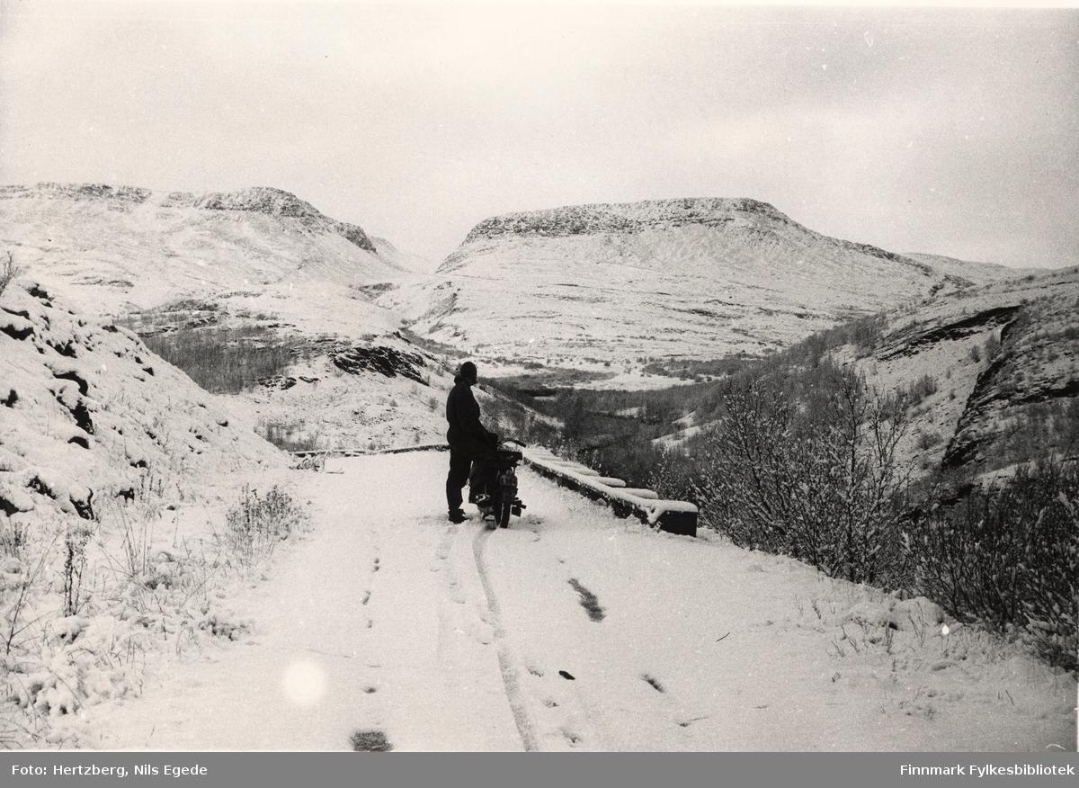 Oppsynsmann Erling Brennevand på tur med motorsykkel over Ifjordfjellet 1. oktober 1946, han holder på med stiklingsarbeide i Gilas. Snøen har kommet.