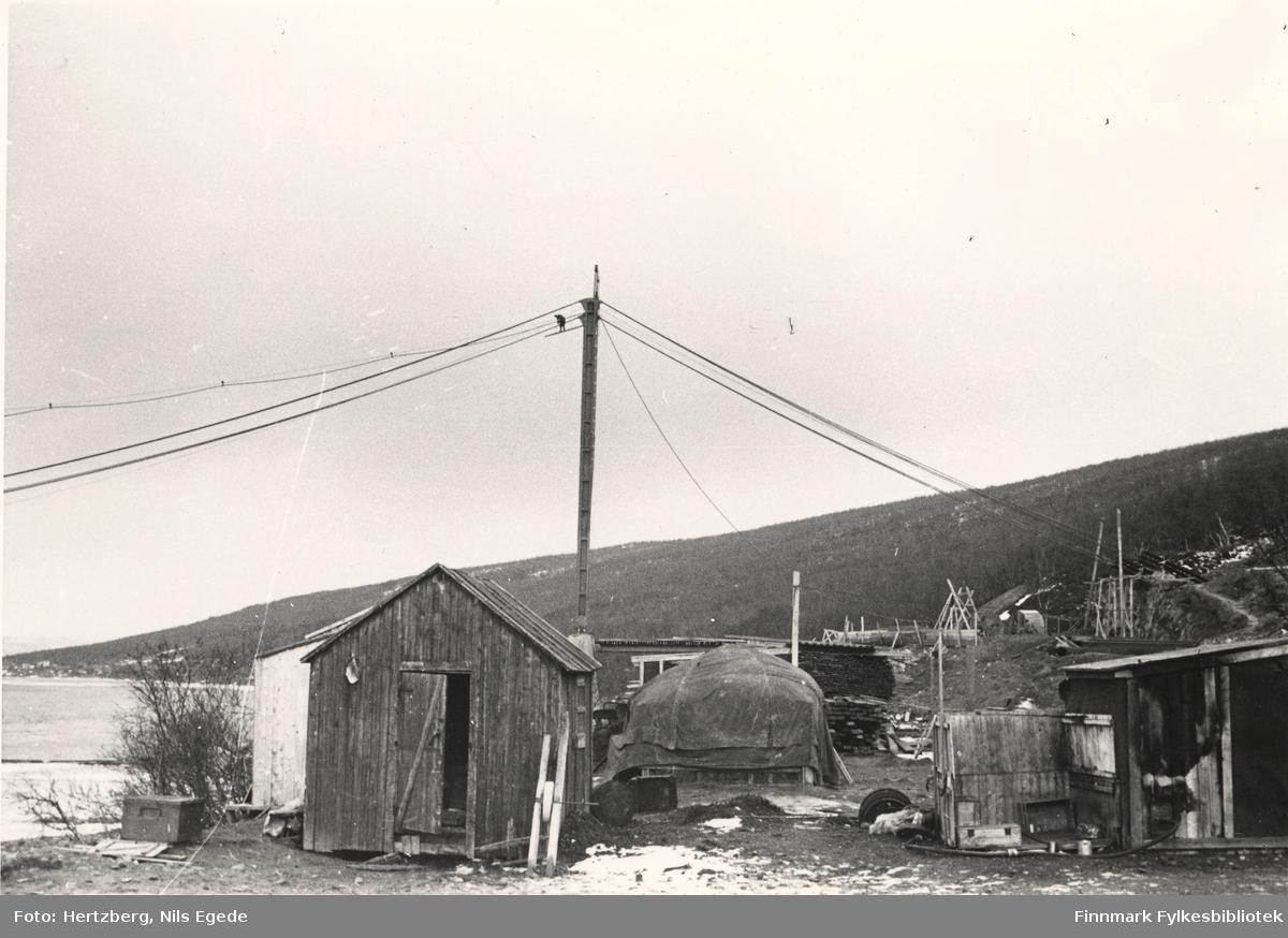 Arbeidet foregår på Tana bru, 1947. Strekking av kabler. Se også bildene 280-312.