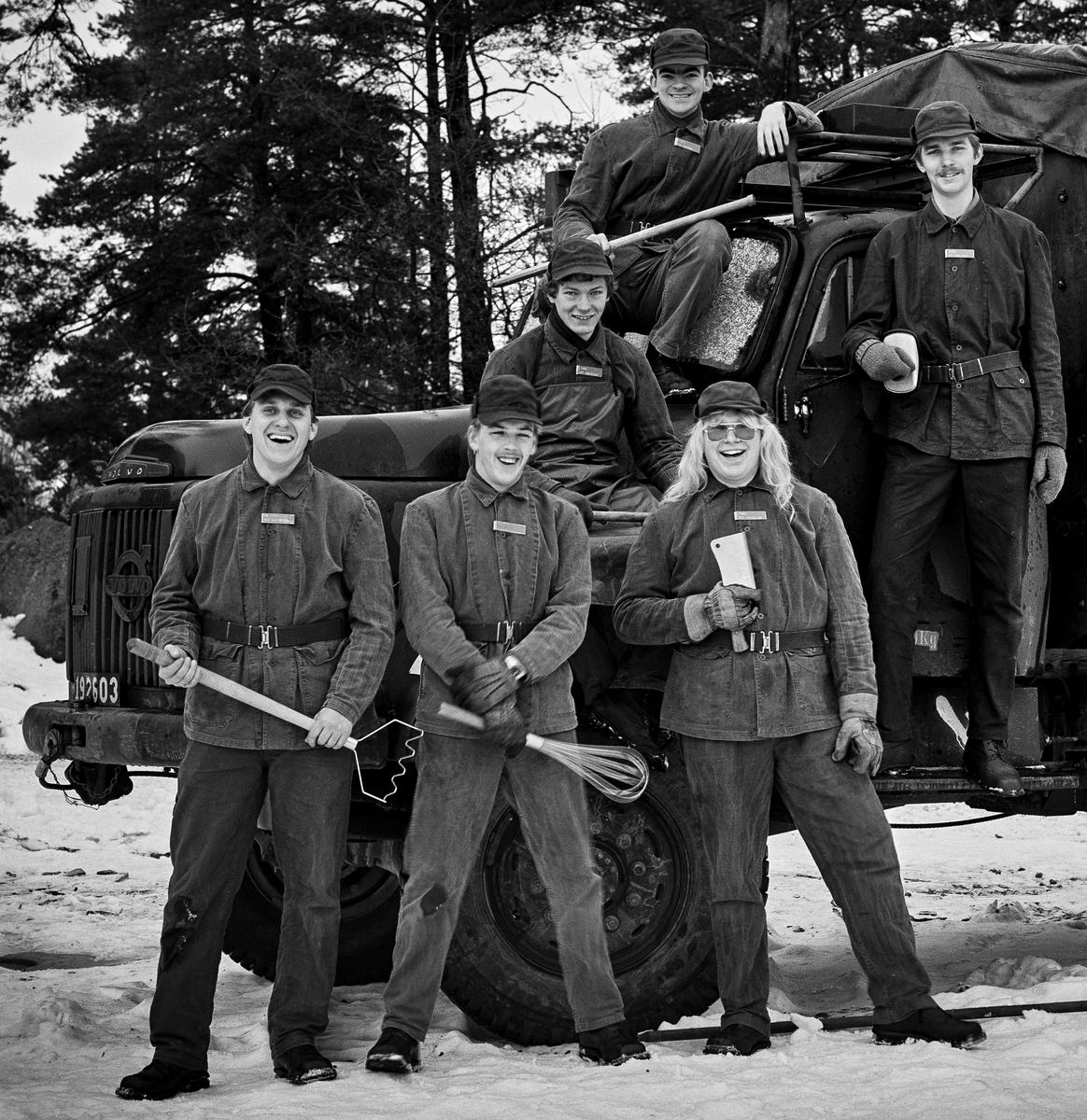 Vikingaberget, 5 december 1985   Förplägnadsplutonen vid utbildningsplatsen för kockar. Bild 1 och 2: Plutonchefen, löjtnant Christian Berglund längst t.v. Bild 3 till 6: Kokgrupper.  Fortsättning följer på ARSF.002275   Milregnr: 192603, 191852, 192827.